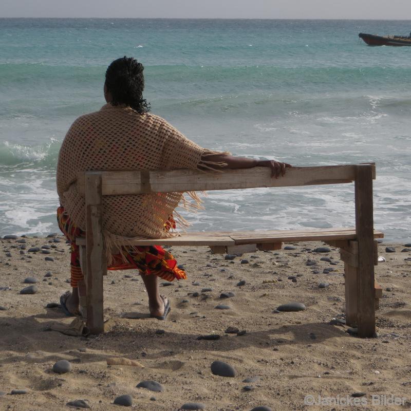 365 2014 257 Singel Kvinna på bänk Stranden Kap Verde